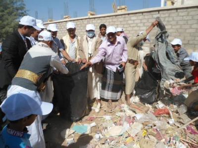 بمشاركة اكثر من 200 متطوع  جمعية اجيال مارب تنفذ حملة نظافة لمدينة شرق المطار بمارب