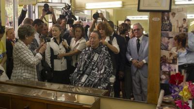 بان كي مون يقص شعره في كوبا.. والنساء يتفرجن باستغراب
