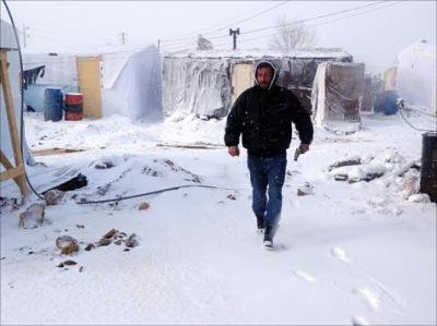 الثلوج تزيد من معاناة آلاف اللاجئين السوريين في البقاع شرق لبنان