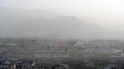 التلوث الجوي في الصين يصل إلى التبت بضباب كثيف