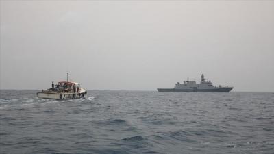 إيقاف زورقين يحملان أسلحة قبالة سواحل الحديدة كانت متجهه لميناء الصليف