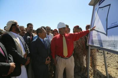 رئيس الوزراء بن دغر يضع حجر الأساس لإنشاء جامعة مأرب ( صوره)