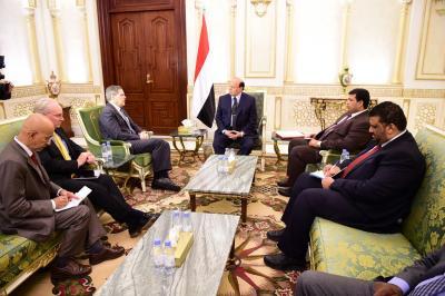 الرئيس هادي يلتقي مسؤلان أمريكيان ويقدمان إعتذارهما نيابه عن وزير الخارجية كيري ( صوره)