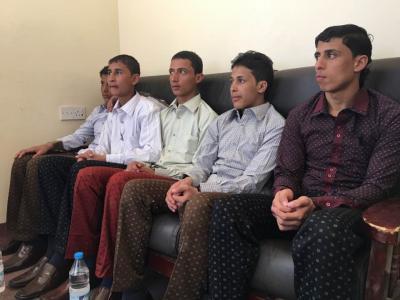 بالصورة .. 5 أطفال زج بهم الحوثيون في معارك مأرب يظهرون بمظهر حسن وأنيق عقب الإفراج عنهم