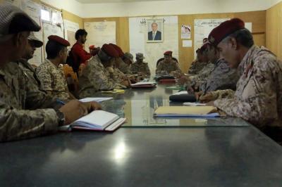 رئيس هيئة الأركان يعقد اجتماعاً برؤساء هيئات ودوائر وزارة الدفاع بمأرب ( صوره)