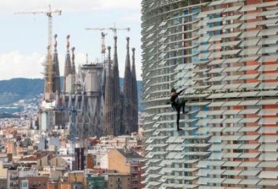 الرجل العنكبوت الفرنسي يتسلق ناطحة سحاب في برشلونة دون معدات
