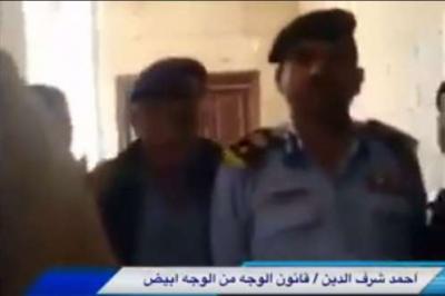 شاهد بالفيديو .. مشرف حوثي في إحدى المؤسسات الأمنية بالعاصمة صنعاء يعتدي على أحد الضباط