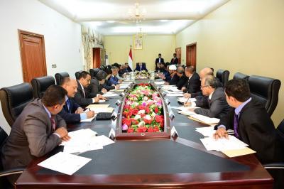 الرئيس هادي يرأس إجتماعاً للحكومة بعدن  ويناقش آلية صرف المرتبات للجيش والأمن