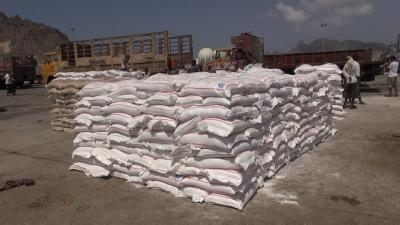 تجار السوق السوداء يبيعون المساعدات ومواد الإغاثة في اليمن