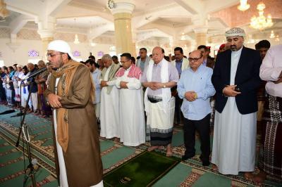 الرئيس هادي يؤدي صلاة الجمعة مع عدداً من مسؤولي الدولة وجموع المصلين في عدن ( صوره)