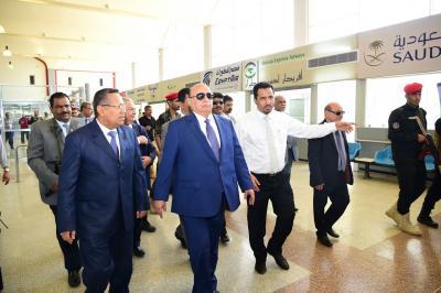 بالصور .. الرئيس هادي يتفقد مطار عدن برفقة رئيس الوزراء