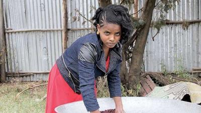"""""""الفتاة اللغز"""" إثيوبية تعيش بدون طعام وشراب .. والأطباء يؤكدون !"""