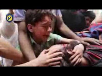 """شاهد بالفيديو من مآسي مدينة حلب .. طفل يبكي أمام جثمان والده  ويصرخ : """"بابا لا تتركني.. يا الله صبرني"""""""
