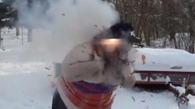 متهوّر لفّ نفسه بحزام من الألعاب النارية وأشعلها.. شاهدوا النتيجة!!