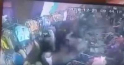 شاهد بالفيديو .. مسلحون حوثيون يعتدون بالضرب على عُمال مركز تجاري بصنعاء ويحطمونه بعد رفض دفع المجهود الحربي