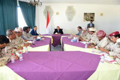 الرئيس هادي يترأس اجتماعاً للقيادات العسكرية في اطار المنطقتين الاولى والثانية ( صوره)