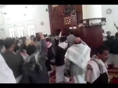"""هذا ما حدث اليوم داخل مسجد """" حجر """" بصنعاء .. الحوثيون يشعلون المذهبية ويذلون المُصلين"""