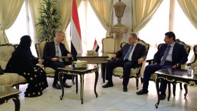 وزير الخارجية يلتقي السفير البريطاني لدى اليمن