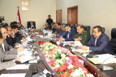 مجلس الوزراء  يطالب بإخراج المعسكرات من عدن وإعادة بناء الأولوية العسكرية على أساس وطني بعيداً عن المناطقية