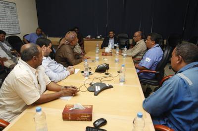 وزير النفط يزور قطاع 14 النفطي بحضرموت ويرأس اجتماعاً لقيادة شركة بترومسيلة
