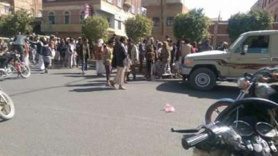 جنود من وزارة الداخلية يقطعون شارع المطار ويتظاهرون إحتجاجاً على قطع مرتباتهم ( صوره)