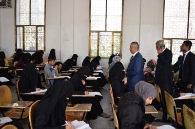 رئيس جامعة صنعاء يتفقد سير إمتحانات الطلاب في عدداً من الكليات ويشيد بإلتزام الكادر الأكاديمي