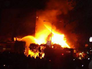 بالصور والفيديو .. إندلاع حريق هائل وسط العاصمة صنعاء