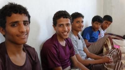 بالصور .. قوات الجيش تأسر مقاتلين حوثيين بينهم أطفال