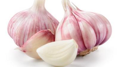 أطعمة مذهلة تساعدك على التخلص من رائحة الثوم