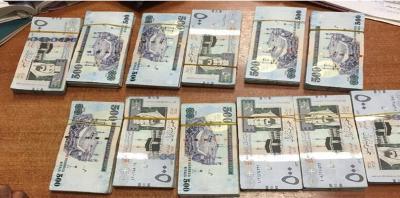 عامل يمني يضرب أورع الأمثلة في الأمانة ويعيد مبلغ 150 الف ريال سعودي إلى صاحبه