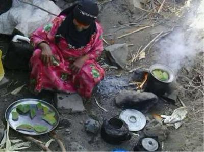 اُم يمنية تطعم أولادها أوراق الأشجار كي تسد جوعهم ( صوره)