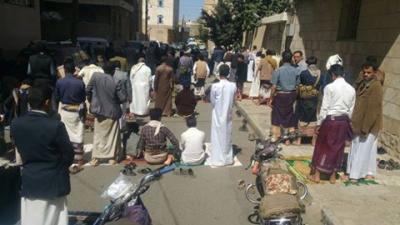 صوره وحدث .. بسبب الحوثيون المواطنون يتغيبون عن خطبة الجمعة ويُفضلون الشارع أو المنزل لأداء الصلاة