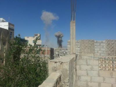 بالصور : غارات جوية على معسكر في العاصمة صنعاء وإنفجارات متتالية من داخل المعسكر