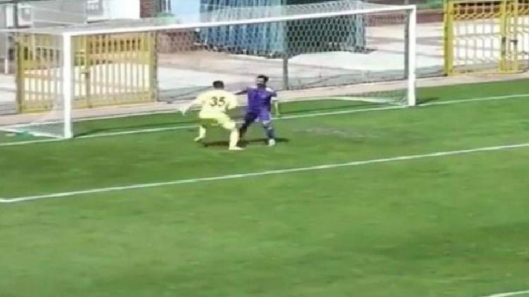 بالفيديو.. الفرحة المفرطة تتسبب في تسجيل أغرب هدف في تاريخ الكرة!