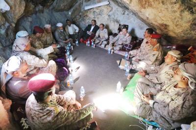 الفريق علي محسن الأحمر يترأس إجتماعاً لقيادة المنطقة العسكرية السابعة وقادة المقاومة في أحد الكهوف ( صوره)