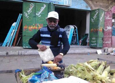 """أكاديمي يمني ومؤسس قسم الهندسة المعمارية يبيع """" الذرة الشامية في الشوارع بسبب الوضع الذي فرضه الحوثيين ( صوره)"""