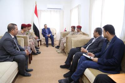 بن دغر يناقش مع قيادات وزارة الدفاع التحضير لصرف مرتبات ديسمبر