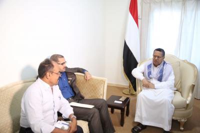 بن دغر يناقش وضع ميناء عدن والمنطقة الحرة