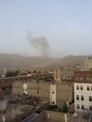 بالصور .. الغارات الجوية التي إستهدفت معسكر وجبل الحفا بالعاصمة صنعاء