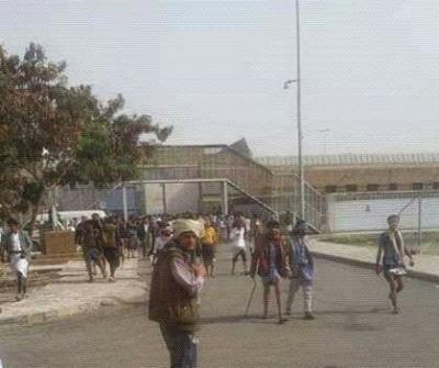 هذه أسباب المواجهات التي إندلعت بين السجناء والحوثيين في السجن المركزي بصنعاء وخلفت قتلى وجرحى( فيديو)