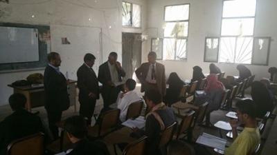 رئيس جامعة صنعاء يتفقد سير الإمتحانات بكلية الإعلام