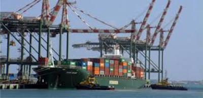 شركات ملاحة دولية تحول بواخرها من ميناء الحديدة إلى ميناء عدن ومصدر يكشف الأسباب