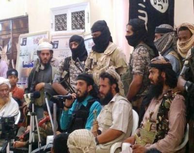 """أبين : هجمات """"القاعدة"""" وإهمال الشرعية تريح الحوثي وصالح"""