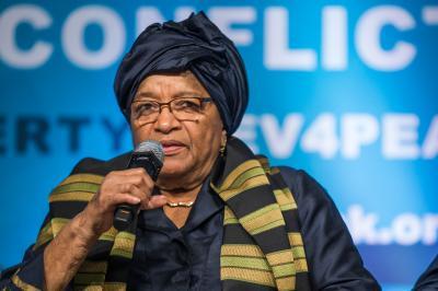 رئيسة دولة  تعاقب المسؤولين في بلادها بمنعهم من السفر بسبب إنخفاض العملة