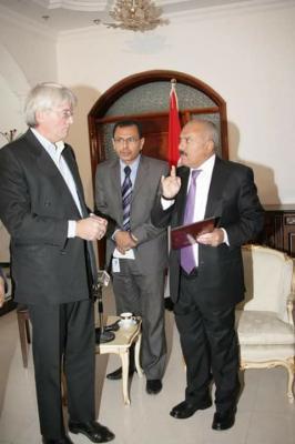 صحفي يمني يكشف عن الدور المشبوه لإحدى المنظمات الدولية في اليمن وعلاقة ذلك بالزيارة التي قام بها مسؤول بريطاني  إلى صنعاء