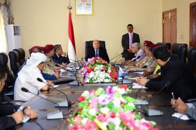 الرئيس هادي يعقد اجتماعاً بعدد من القيادات العسكرية ويصدر عدداً من التوجيهات