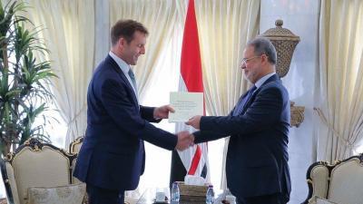 وزير الخارجية يتسلم نسخة من اوراق إعتماد السفير البريطاني لدى اليمن ( صوره)