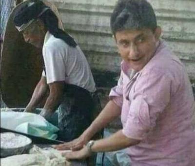"""بالصور .. أكاديمي والأول على مستوى جامعة القاهرة يعمل عجاناً في مخبز بعد إنقطاع راتبه .. ووزير الثقافة الأسبق """" الرويشان """" يعلق على تلك الصور"""