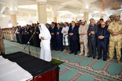بالصور .. الرئيس هادي وقيادات الدولة يؤدون صلاة الجنازة على اللواء الركن أحمد سيف اليافعي