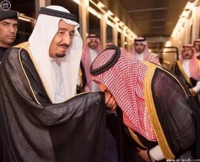 الملك السعودي سلمان بن عبد العزيز ينيب ولي العهد محمد بن نايف لإدارة شؤون المملكة